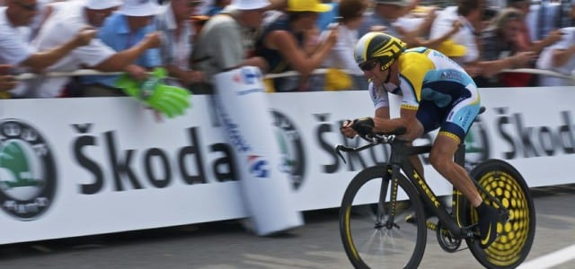 Armstrong gives up on legal race to keep his titles